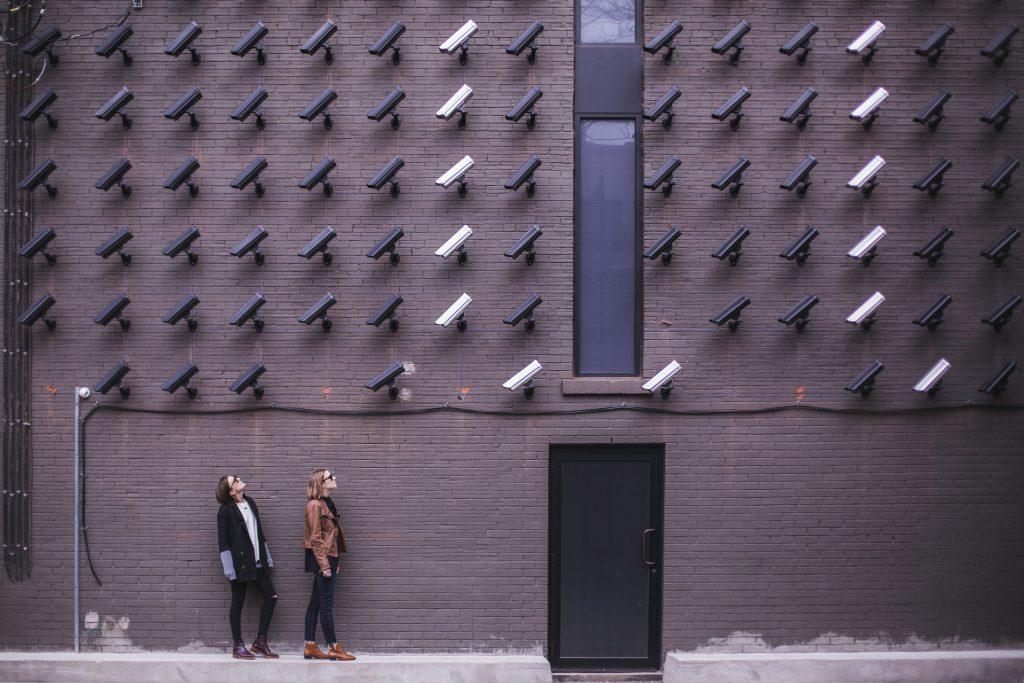 viele Videokameras sind auf zwei Frauen gerichtet