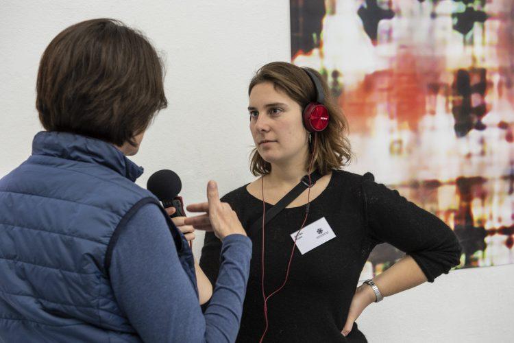 Eine Person interviewt eine andere Person mit dem Mikrofon