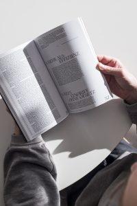 Person hat Buch geöffnet