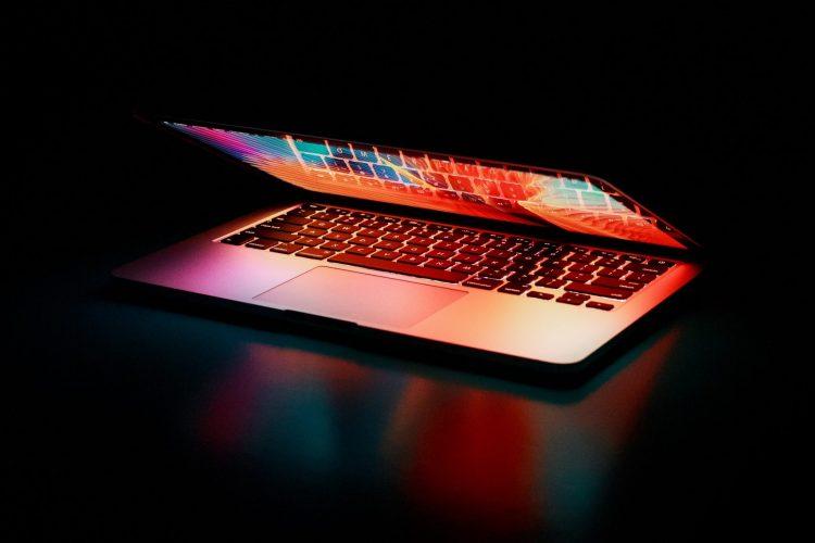 Halb geöffneter Laptop